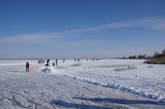 Iceskating em um lago na Holanda fotos de stock