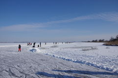 Iceskating sur un lac en Hollande photos stock