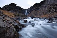 Gefrorener Wasserfall Südostisland stockfotos