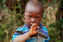 Ich betrachte ihn voll von Fragen eines afrikanischen Kindes Lizenzfreies Stockfoto