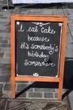 Ich esse Kuchenmenüzeichen auf Bürgersteig Stockfotos