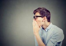 Ich habe ein Geheimnis, zum Sie zu erklären Mann, der einen Klatsch flüstert Lizenzfreies Stockfoto