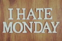 Ich hasse Draufsicht der Montag-Alphabetbuchstaben über hölzernen Hintergrund stockfotos