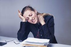 Ich hasse meine Büroarbeit Bürohölle Frau, die mit Arbeit verrückt geht lizenzfreie stockbilder