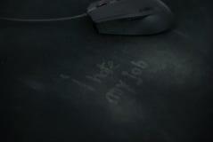 Ich hasse meinen Job, geschrieben auf benutzte Mausunterlage und eine Maus in den Hintergrund Lizenzfreie Stockbilder