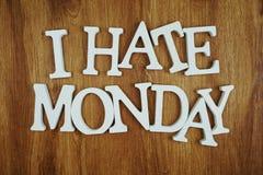 Ich hasse Montag-Alphabetbuchstaben auf hölzernem Hintergrund stockfotografie