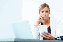Ich kann dieses on-line in vielerlei Hinsicht tun Intensiver Blick einer entschlossenen Frau Stockfoto