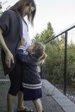 Ich küsse meinen Babybruder Stockfotografie
