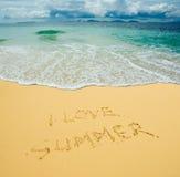 Ich liebe den Sommer, der in einen sandigen Strand geschrieben wird Lizenzfreie Stockfotografie