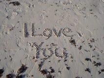 Ich liebe dich auf einem sandigen Strand Lizenzfreie Stockbilder