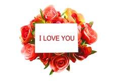 Ich liebe dich auf weißer Karte und Rose trennte Stockbild