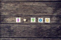 Ich liebe dich baute Zeichen von farbigen Buchstaben und vom Herzen zusammen, die von gemacht wurde Stockfotografie