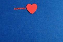 Ich liebe dich in den roten Buchstaben mit einem roten Herzen Stockfoto