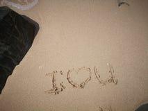 Ich liebe dich eine Mitteilung auf dem sandigen Strand für reizende Paare stockfotografie