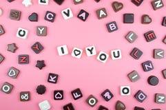 Ich liebe dich graviert in der Schokolade auf farbigem Hintergrund stockfoto
