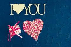 Ich liebe dich - hölzerne Phrase auf schwarzem Steinhintergrund Lizenzfreies Stockbild