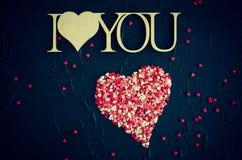 Ich liebe dich - hölzerne Phrase auf schwarzem Steinhintergrund Lizenzfreie Stockbilder