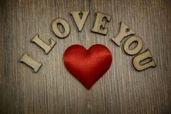 Ich liebe dich hölzernes Formherz und Buchstaben, Liebesthema Stockbild