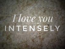 Ich liebe dich intensiv Zitat mit dem Wandhintergrund stockbilder