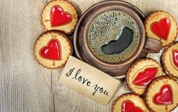 Ich liebe dich Morgenkaffee und -kekse mit einem Herzen Glückwünsche an Valentinsgruß ` s Tag Lizenzfreie Stockfotos