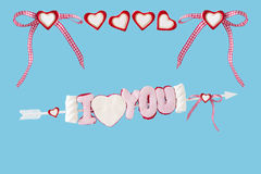 Ich liebe dich Pfeil mit den großen und kleinen Herzen Lizenzfreie Stockfotos