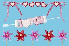 Ich liebe dich Pfeil mit Herzen, Schleife und Windkraftanlagen Stockbild