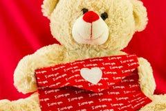 Ich liebe dich Valentine& x27; s-Herzen auf rotem Umschlaghintergrund Symbol der Liebe Glückliches Valentinsgruß-Tageshintergrund Stockfoto