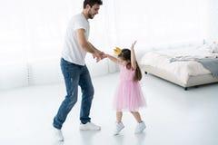 Ich liebe dich Vati! Hübscher junger Mann tanzt zu Hause mit seinem kleinen Mädchen Glücklicher Vater ` s Tag! stockbild