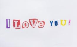 Ich liebe dich von den Buchstaben herausgeschnitten von den Zeitungen Stockfotos