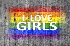 Ich liebe die MÄDCHEN- und LGBT-Flagge, die auf grauem Beton der Hintergrundbeschaffenheit gemalt wird Lizenzfreies Stockbild