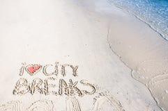 Ich liebe die Städtereisemitteilung, die auf Sand, Ferienkonzept geschrieben wird, der angewendete Farbfilter Stockfoto