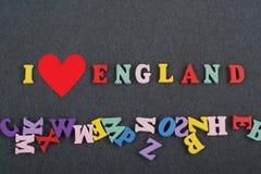 Ich liebe ENGLAND-Wort auf dem schwarzen Bretthintergrund, der von den hölzernen Buchstaben des bunten ABC-Alphabetblockes verfas Stockfotos