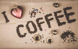 Ich liebe Kaffeeaufschrift mit Bohnen lizenzfreie stockfotos