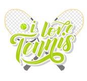 Ich liebe kundenspezifischen Beschriftungstext des Tennis mit Tennis racets und Ball auf weißem Hintergrund, Illustration lizenzfreie stockfotos
