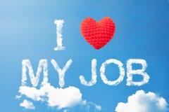 Ich liebe meinen Job ein Wolkenwort und ein Wollherz auf Himmel Lizenzfreies Stockfoto