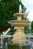 Ich liebe Moskau-Schild nahe einem Brunnen stockbild