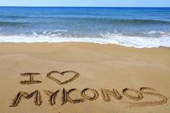 Ich liebe Mykonos, das auf den Strand geschrieben wird Lizenzfreies Stockfoto
