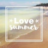 Ich liebe Sommerzitat und -beschriftung auf unscharfem Küstenhintergrund Stockfotos