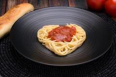 Ich liebe Teigwaren, Spaghettiherz mit marinara Lizenzfreie Stockfotografie