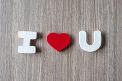 Ich liebe u-Wort von hölzernen Alphabetbuchstaben mit roter Herzform auf Tabellenhintergrund Romance, romantischer und Valentineâ lizenzfreie stockfotografie