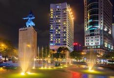 Ich linh Quadrat und Gebäude herum nachts in Ho Chi Minh Stadt Lizenzfreies Stockbild