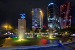 Ich linh Quadrat und Gebäude herum nachts in Ho Chi Minh Stadt Stockbilder