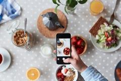 Ich muss mein Frühstück fotografieren! Lizenzfreies Stockbild