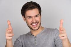 Ich wähle Sie! Porträt von den glücklichen jungen Männern, die auf Kamera whi zeigen Stockfotos