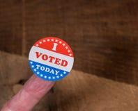 Ich wählte heute Papieraufkleber bemanne an Finger auf rustikalem Holztisch stockfoto