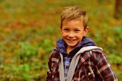Ich werde nie vom Lächeln müde Wenig glückliches Lächeln des Jungen im Freien Glücklicher kleiner Junge Lächelndes Kind Seien Sie lizenzfreie stockfotos