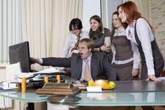 Ich zeige Sie! Geschäftsleute im Büro. Stockbild