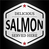 Ici servi autocollant deliciuous saumoné d'insigne de logo illustration stock