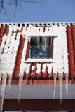 Icicles на крыше здания на дне зимы Стоковое Изображение
