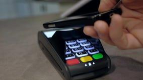 Icke-kassa transaktion Smartphone betalning i en shoppa arkivfilmer